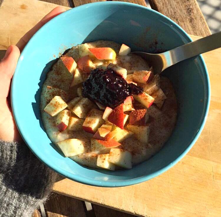 Havregrøt med eplebiter, blåbær & linfrø